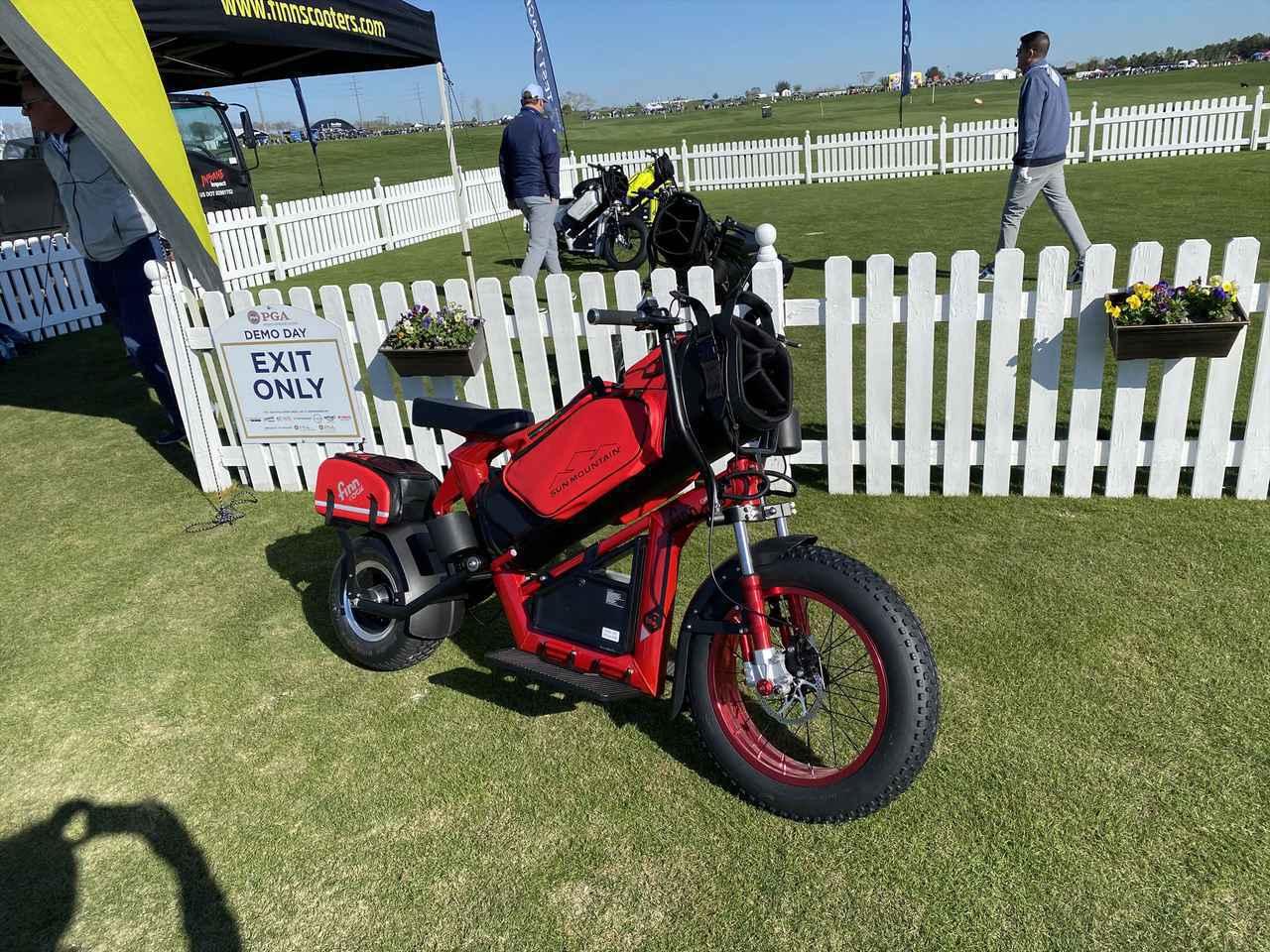 """画像: こっ、これはキャディバッグならぬ「キャディバイク」!? 世界最大のゴルフ見本市""""PGAショー2020""""をギアオタクが現地レポート! - みんなのゴルフダイジェスト"""