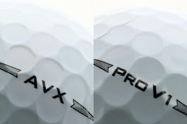 画像: AVXとプロV1の比較。AVXのほうがディンプルが立っていて窪みも平らだと中村