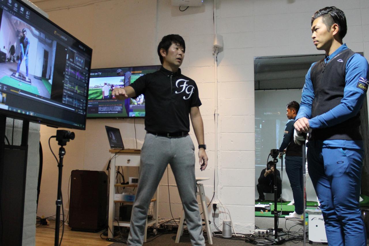 画像: プロコーチ・大西翔太(右)がプロゴルファー・石井忍(左)の指導のもと、「スウィングカタリスト」の機能に迫った