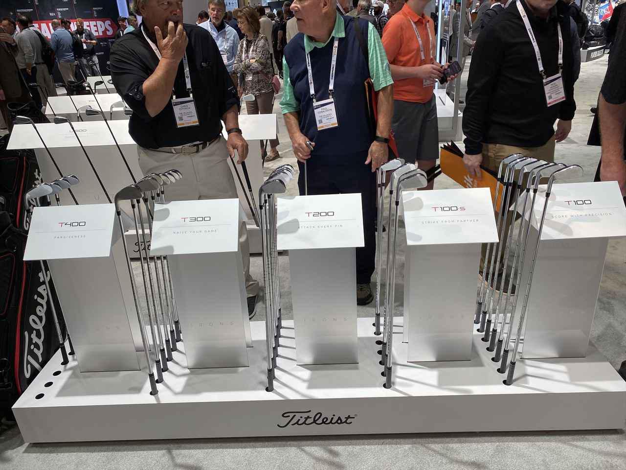 画像: 新しく追加されたT100S、T400を含めた5タイプのTシリーズが並べて陳列されていたのですが、多くの人がT400を手に取っていました。「見ろよこんなにソールが厚いぜ!」「ロフト立ってるな~すげー飛びそう」的なやり取りかな?