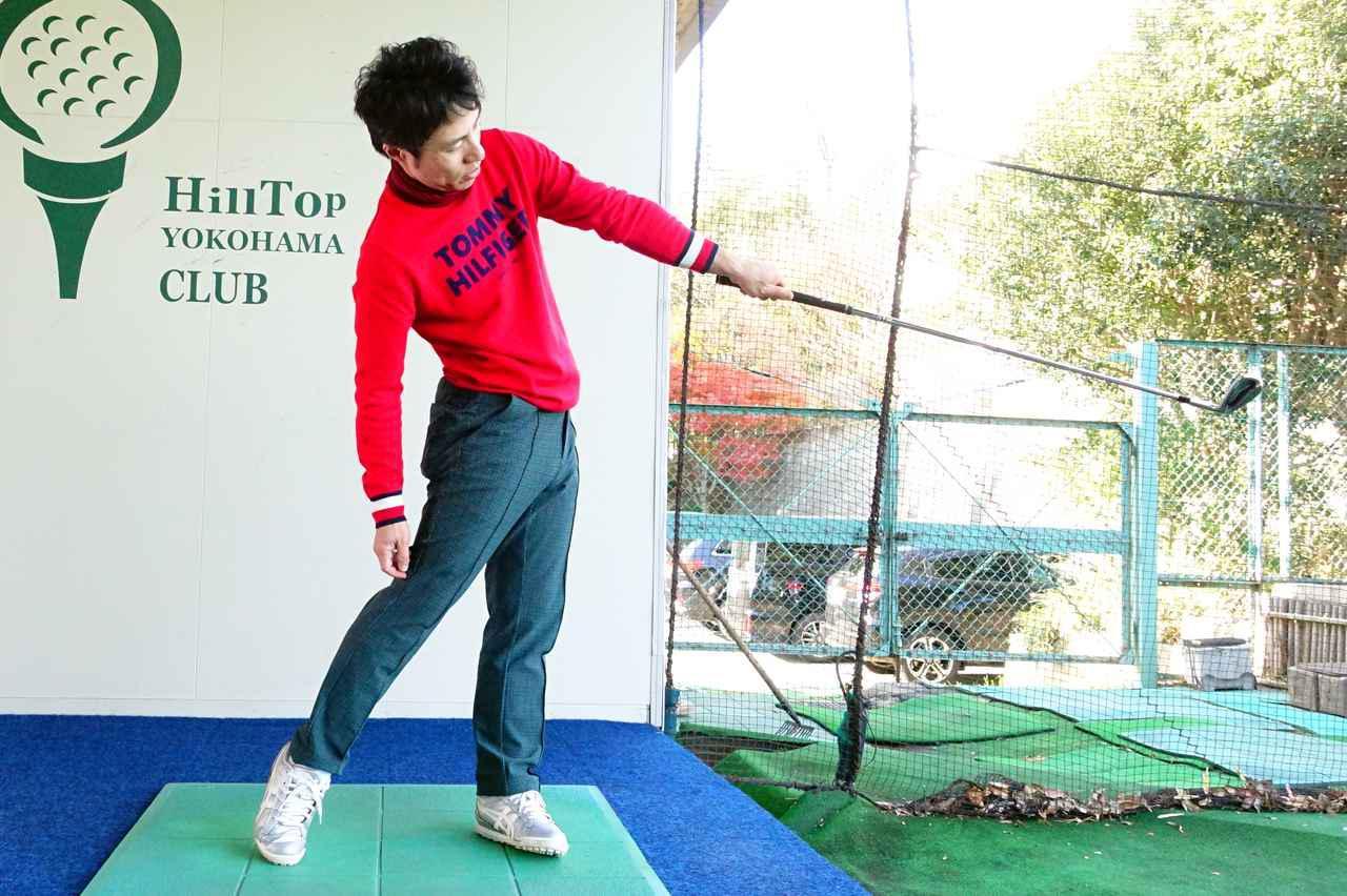 画像: フックグリップのゴルファーにオススメの片手素振りの動き。体の右サイドを目標方向に押し込みながら、体の回転を止めないで振る