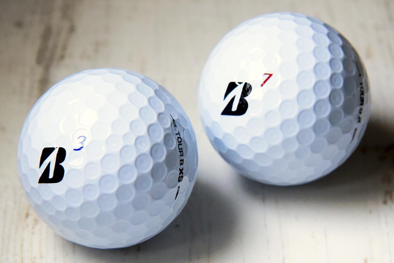 画像: 新しくなったタイガー使用球ツアーB XS(左)とツアーB X(右)