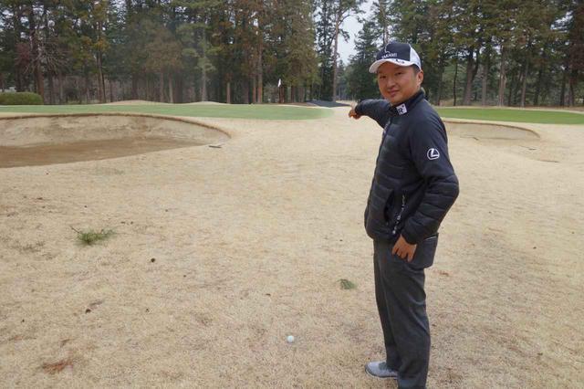 画像: 写真はピンの右を指さしていますが、バンカー淵とピンの間と教えてくれた進藤さん。