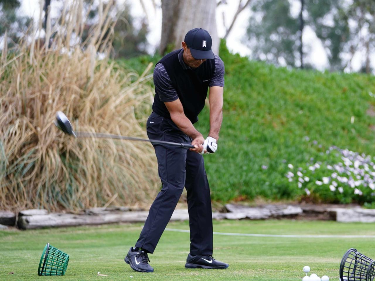 画像: 写真C:ダウンスウィングでは腰よりも右ひじのほうが先行している