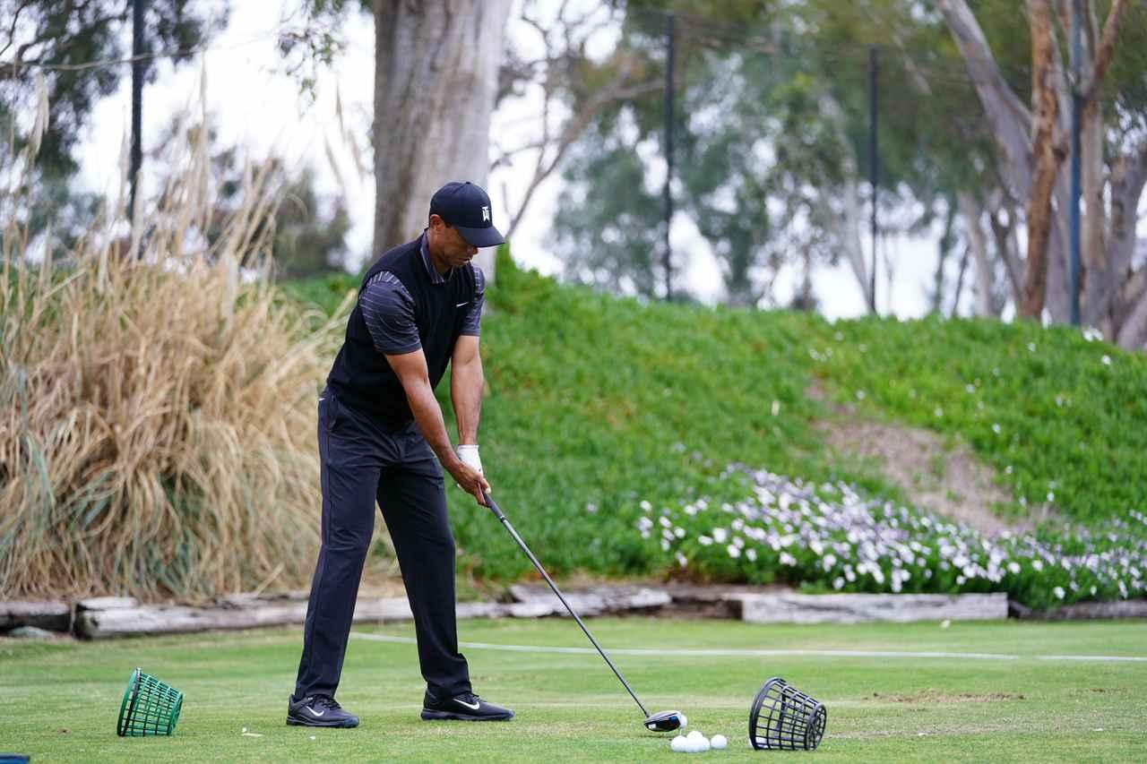 Images : 1番目の画像 - ファーマーズで見せた最新スウィング! タイガー・ウッズのドライバー連続写真(斜め後方) - みんなのゴルフダイジェスト