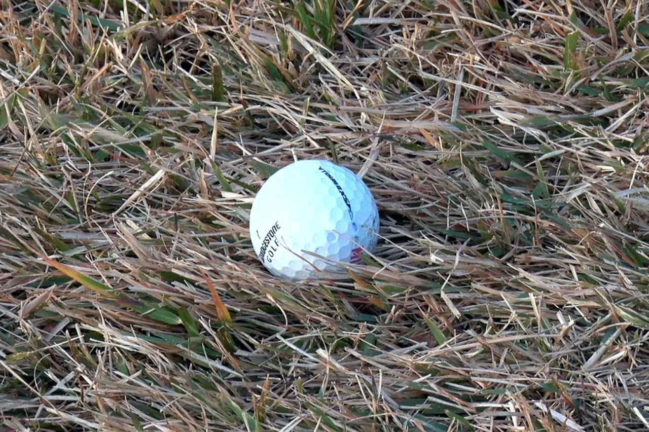 画像: 冬の枯芝、しかも逆目というシチュエーションからのアプローチ。プロはどう打っているのだろうか