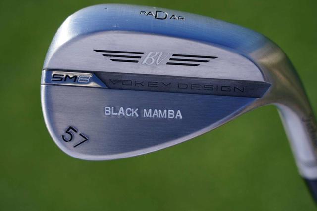 画像: トーマスの57度のバックフェースに「BLACK MAMBA」という刻印