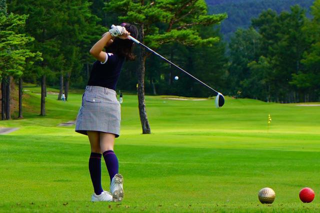 画像: 女性が使用することが多いレディースティから男性がプレーするとどうなる!?(撮影/三木崇徳)