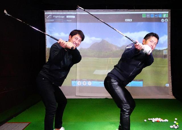 画像: プロコーチ・大西翔太(右)が最新ゴルフ理論を学ぶため、同じくプロコーチ・藤本敏雪(左)のレッスンを受けた