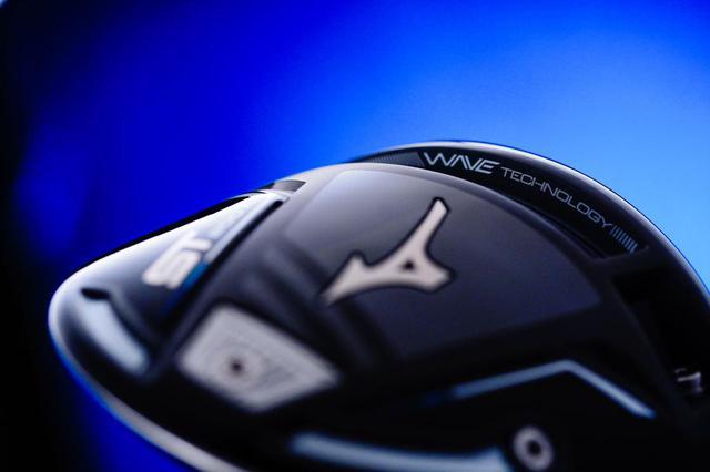 画像: 「WAVE TECHNOLOGY」によるヘッドのたわみでボールスピードをアップさせる