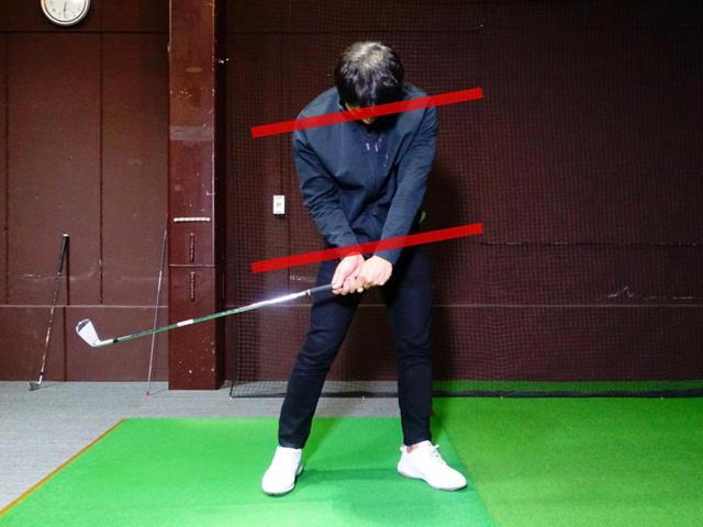 画像: ダウンスウィング時のサイドベントで右骨盤、右肩が下がる動きはNG