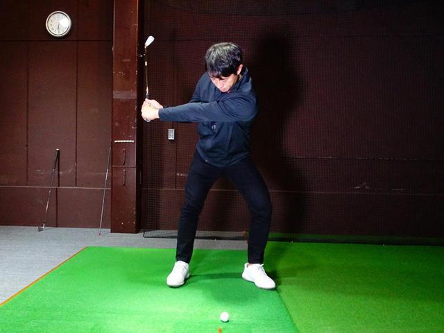 画像: 写真B:右足が、左足の外旋に流されないように踏ん張ることでより大きな地面反力を得られる