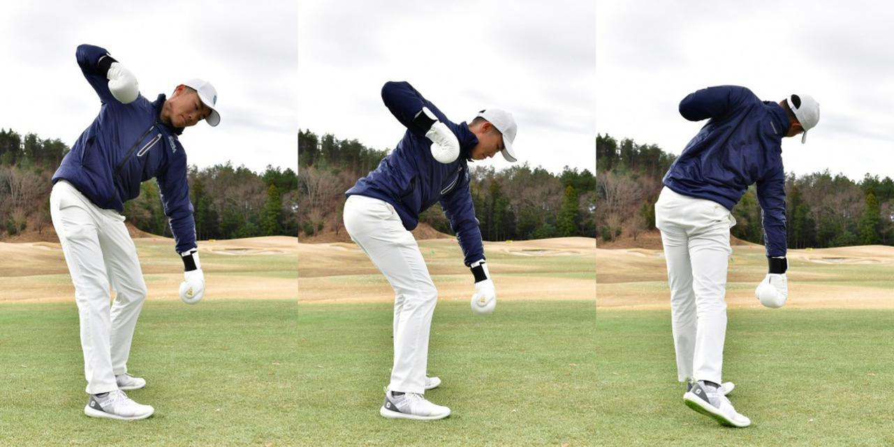 画像: トップで伸びた体(写真左)を沈み込ませながら体を回転(写真中)、左拳を引きながら両脚を伸ばして、右拳を地面方向に打ち込む(写真右)