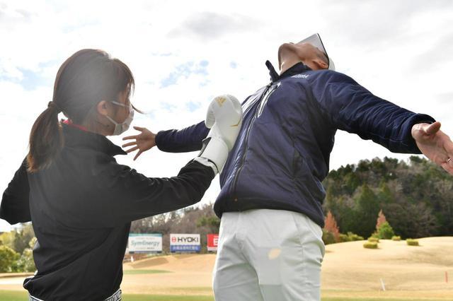 画像: 伊藤プロに向かって「アッパードリル」をしたS子。最初は慣れないボクシングの動きに戸惑いましたが、ゴルフと共通する動作が多かったです! ちなみに本当にアッパーを決めたわけではありません(笑)