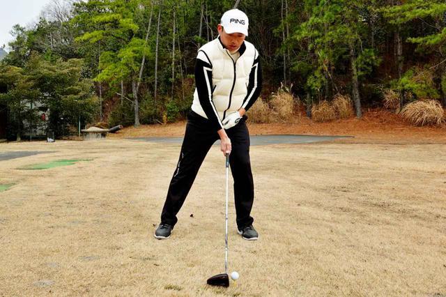 画像: 左かかと線上にあるボールに対して構えると右肩がかぶったアドレスになりやすい。これはミスのもと
