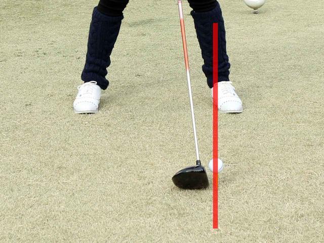 画像: ボール位置は左足のかかと線上を目安にしよう