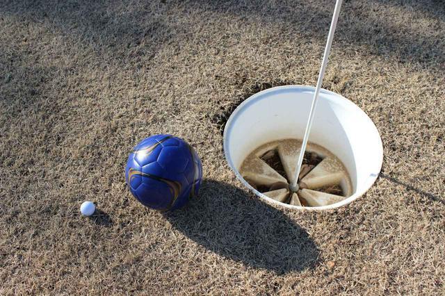 画像: サッカーボール2球が入るほどの大きいカップのため、少し距離があっても狙いやすい! ゴルフボールと比べると、大きさは一目瞭然ですよね?