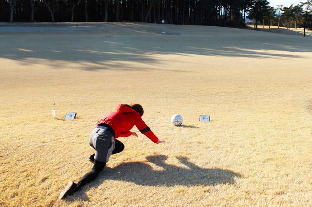画像: ボールにたどり着く前に転ぶS子。普通のスニーカーだと、滑って転んでしまうので要注意です! ゴルフされる方はスパイクレスのゴルフシューズがおすすめかも