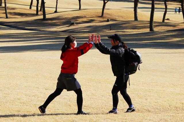 """画像: ゴルフでは1~3メートルの""""パット""""も難しいけど、フットゴルフだと10メートル以上離れていてもカップを狙える距離なんですね!"""