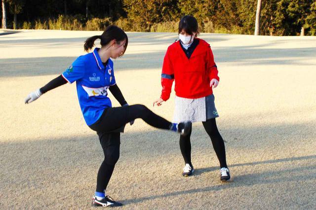 画像: 初心者のS子にわかりやすく蹴り方を教えてくれた前田さん。段々と上達してきた気がします!