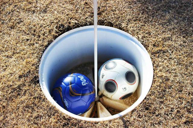 画像: サッカーボールが2球カップに入るほどの大きいカップがラフに切られていました。これを遠くから狙うのが楽しい!