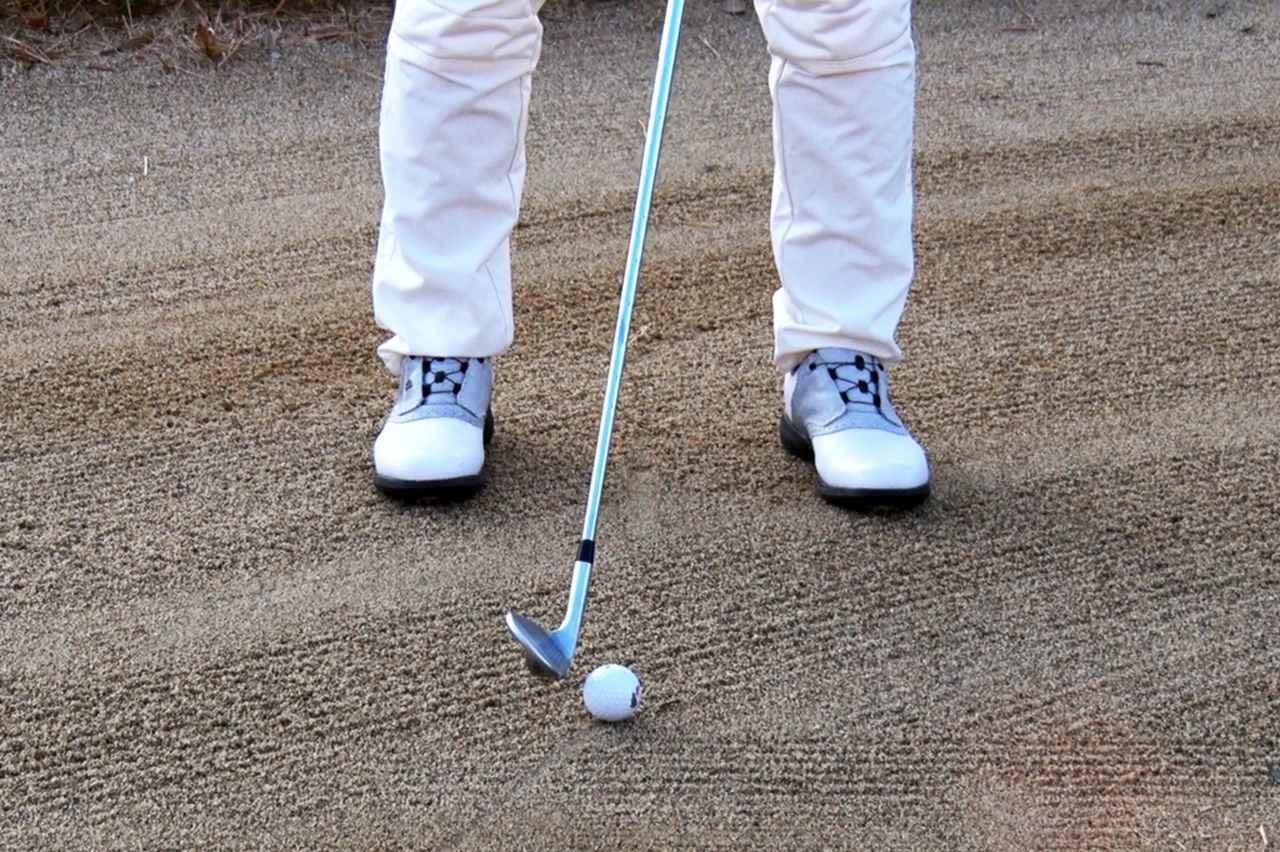 画像: ボールを通常時より体の右側寄りに置くことで、ロフトが立ち、ダフりにくくなる