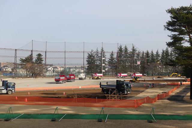画像: 練習場ではメディアセンターの準備中。超巨大な建物になりそうだ
