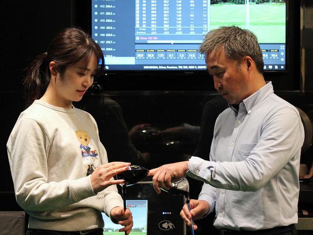 画像: フィッティングを務めるブリヂストンスポーツ阿部貴史氏が試打データを分析して調整を重ね、三ヶ島が試打を繰り返してイメージを擦り合わせていく