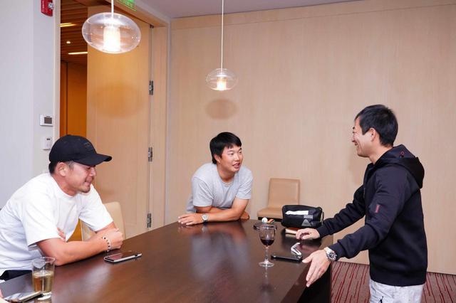 画像: 日本人選手のキャディたちも高地での飛距離問題について意見交換を重ねていた(左から出口キャディ、早藤キャディ、加藤キャディ)