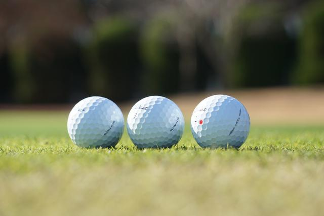 画像: タイトリストがアマチュアのテストに使用した目隠しボール。銘柄を伏せてテストしたところ、一番右のボールが「ソフトフィーリング!」と好評価を得た。そのモデルが3月6日発売予定の『AVX』。