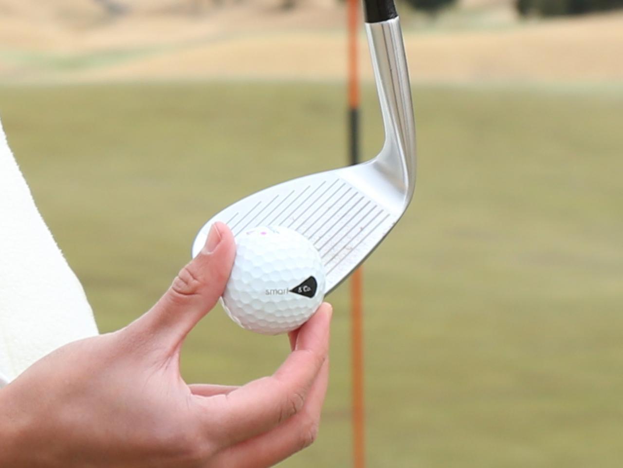 画像: ヒールを少し浮かせ、ボール位置はトウ寄りに置こう。スコアラインがある部分とない部分の境目が目安だ
