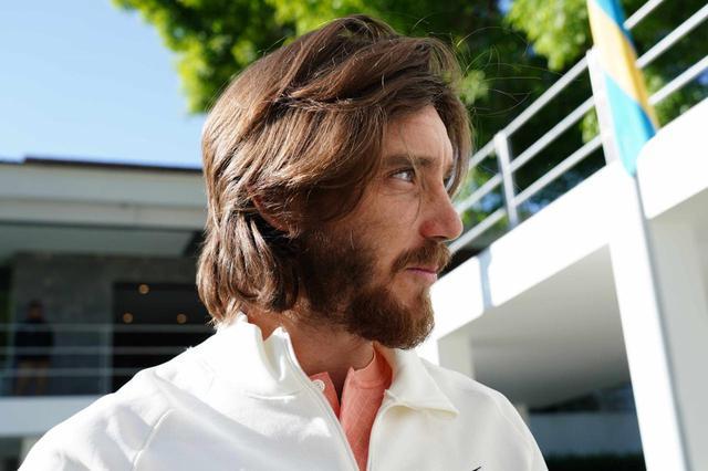 画像: 帽子を脱いで髪型をみせてくれたトミー・フリートウッド