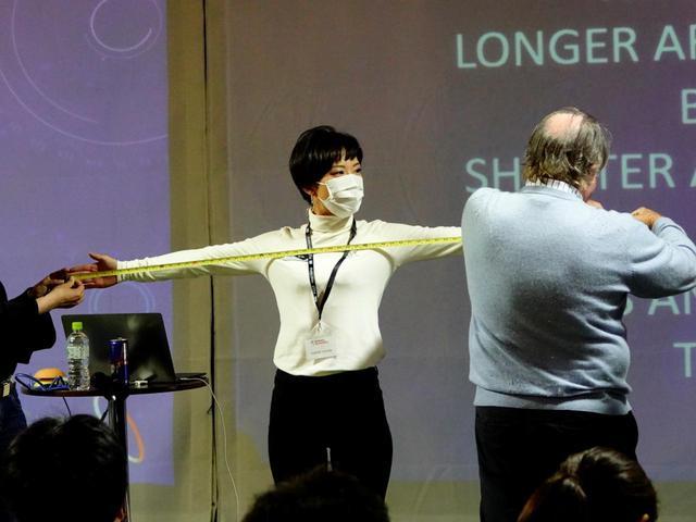 画像: 身長と、両腕を広げたときの長さを比較