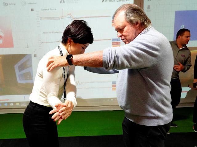 画像: 右手の握り方はテストによってオントップ、アンダー、サイドオンの3種に分類される。画像はサイドオン