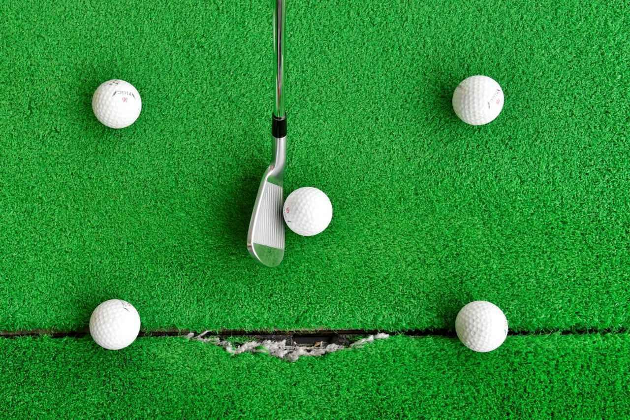 画像: 実際に打つボールを囲むように4つボールを置き、ボールに当たらないようにショットをしていく。クラブを置くとかなり狭いのがわかる