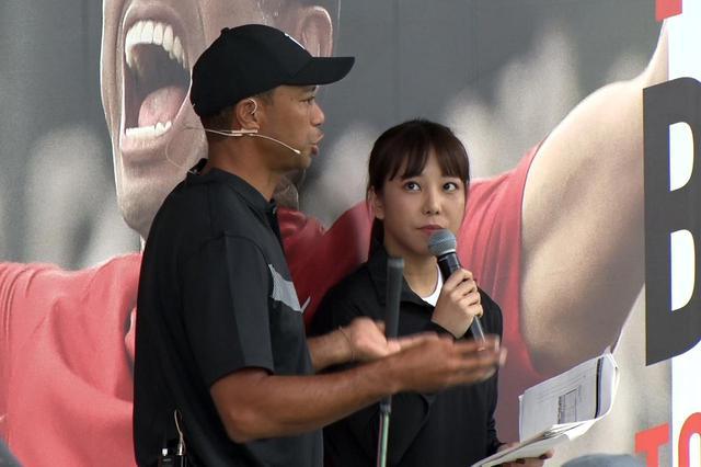 画像: ナイキ主催で開催されたタイガー・ウッズ来日記念スペシャルイベントでタイガーにインタビュー・通訳をする秋山真凜