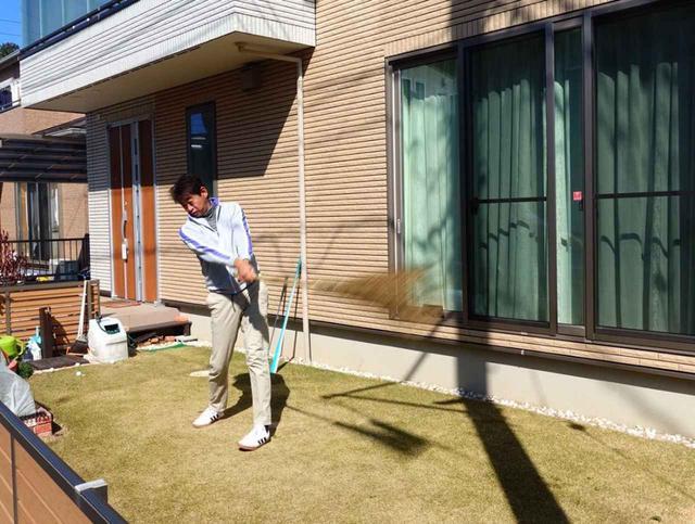 画像: 自宅の庭で素振りをするとき、体力をつけたり体幹を使う感覚を磨くには竹ぼうきがおすすめだと中村はいう