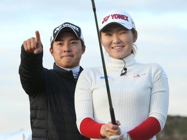 画像: プロゴルファー・石井理緒(右)と、そのキャディも務めるプロコーチ・栗永遼(左)(撮影/野村知也)