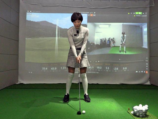 画像: アドレス時の体重配分は5:5。ボール位置は体のセンターよりボール一個分左に置こう