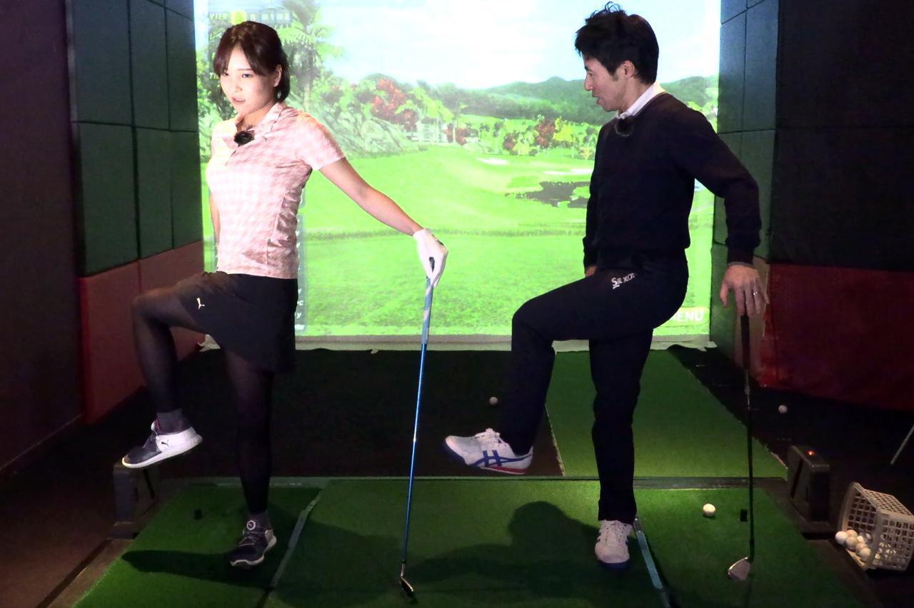 画像: 左手でクラブを杖のように立てて持ち、右足1本で立った状態から体をグッと右に回す