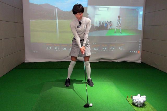 画像: FW(5番ウッドを使用)のアドレス。やや左足寄り。背骨は少し右に傾けている