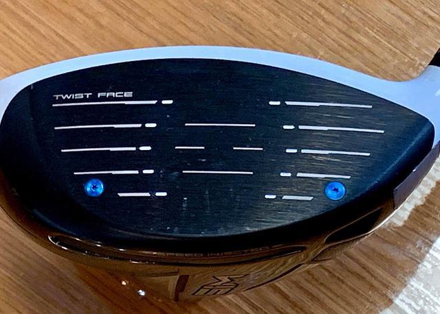 画像: フェースに残ったティの痕。どこにどんな向きで痕がついているかをよく確認すれば、打点やフェース向きなどが確認できる。この画像は著者本人のドライバーのもの