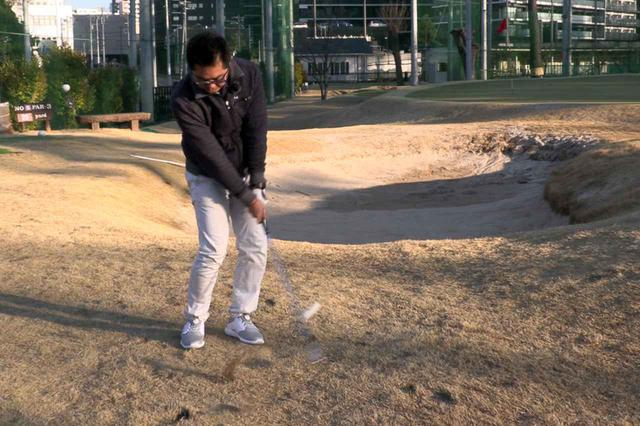 画像: 様々なライで試打を繰り返した小倉氏。「どのライからでも安定したショットが打てました」という