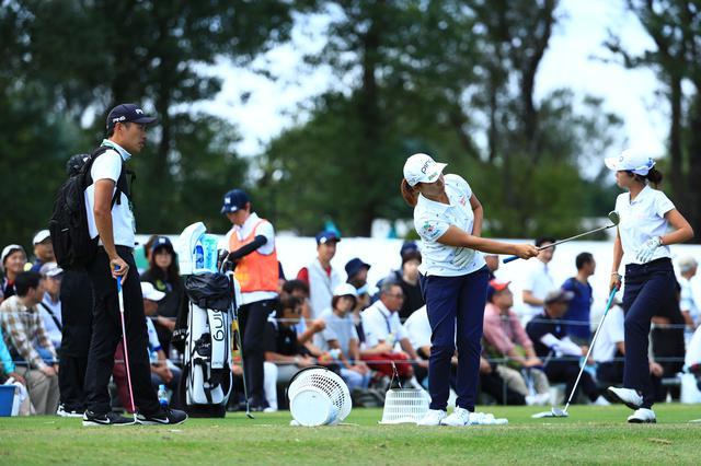 画像: 右手一本で打つ基礎練習をする渋野日向子(右)と青木翔コーチ(左)(写真は2019年のニトリレディス 写真/大澤進二)