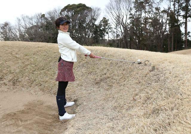 画像: きみさらずゴルフリンクス14番ホールのグリーン近くのバンカー。かなり強烈なつま先上がりで、ボール位置は腰よりも上の位置にある(撮影/野村知也)