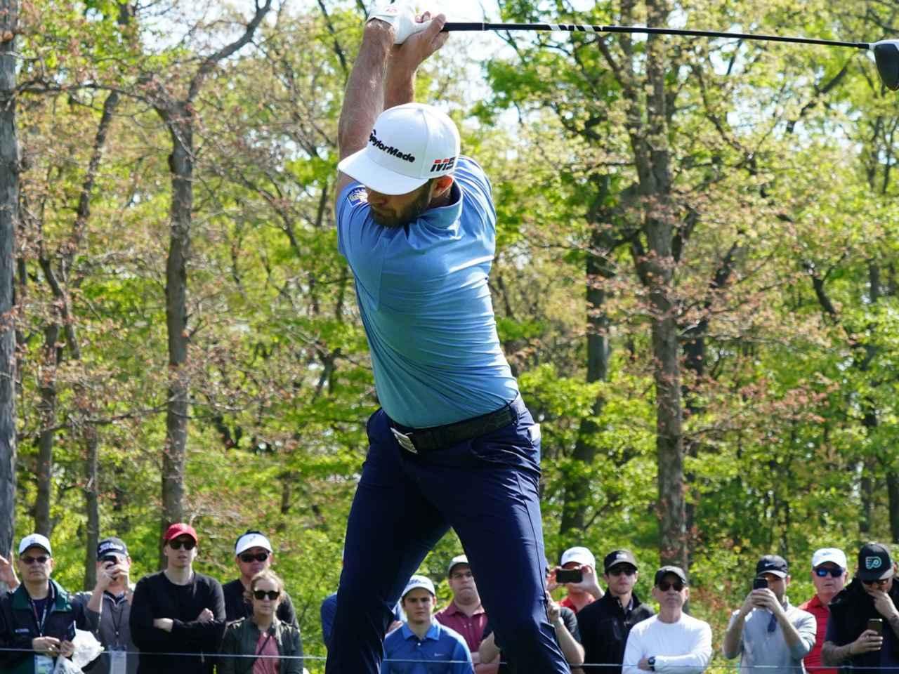 画像: ダスティン・ジョンソンをはじめトッププロたちは、程度の大小はあれど捻転差を作ることで飛ばしのエネルギーを生み出している(写真は2019年の全米プロゴルフ選手権 撮影/姉崎正)