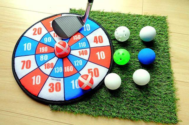 画像: ボールを的に当てるおもちゃとプラスチックボール、スポンジボール、ピンポン球、そして30センチ四方の人工芝。すべて100円ショップで買える