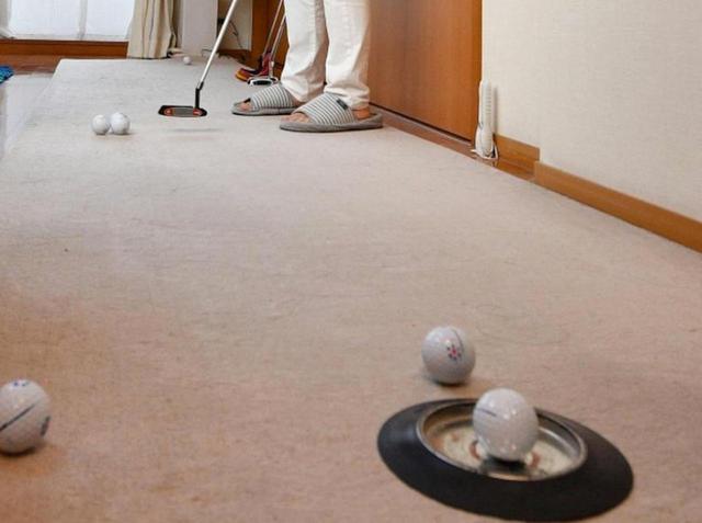 画像: スペースさえあれば、パターマットがなくてもパター練習はできる(写真はイメージ 撮影/増田保雄)