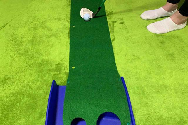 画像: グリーン付近からパターで打てればいいけど、10ヤード以下のアプローチは意外とザックリしてしまうことありませんか?S子は「1ヤードアプローチ」で特訓してみます!