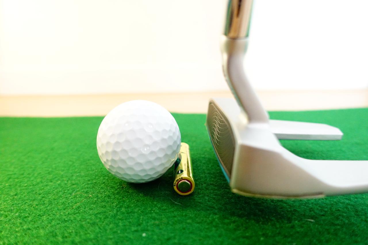 画像: 単4型の乾電池をボール後方に置きボールだけを打つ練習法